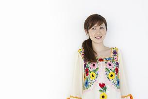 花柄のチュニックを着た女性の写真素材 [FYI04129385]