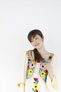 花柄のチュニックを着た女性の写真素材 [FYI04129390]