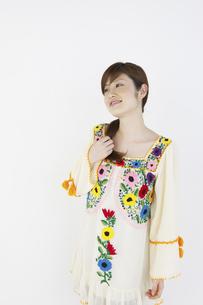 花柄のチュニックを着た女性の写真素材 [FYI04129392]