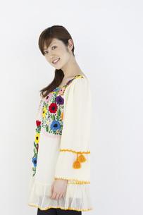 花柄のチュニックを着た女性の写真素材 [FYI04129395]