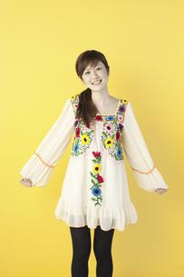 花柄のチュニックを着た女性の写真素材 [FYI04129399]