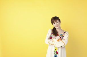 腕組みをする女性の写真素材 [FYI04129404]