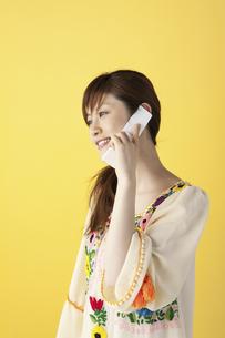 携帯で話す女性の写真素材 [FYI04129420]
