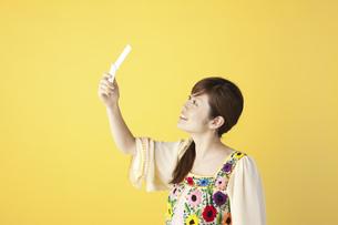 携帯で写真を撮る女性の写真素材 [FYI04129422]