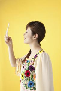 携帯で写真を撮る女性の写真素材 [FYI04129424]