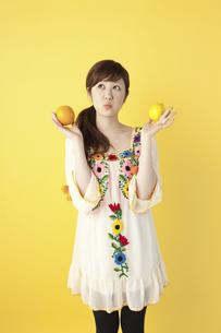 フルーツを持つ女性の写真素材 [FYI04129443]