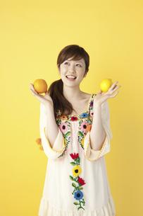 フルーツを持つ女性の写真素材 [FYI04129444]