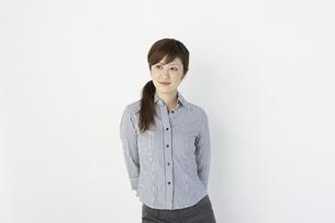 シャツを着た女性の写真素材 [FYI04129453]
