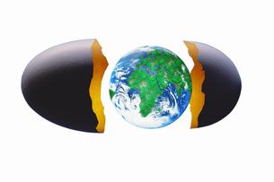 卵の殻と地球の写真素材 [FYI04130063]
