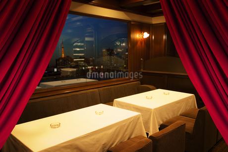 夜景の見えるレストランの写真素材 [FYI04130545]