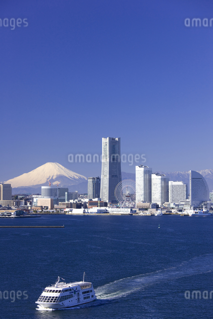 みなとみらい21のビル群と富士山の写真素材 [FYI04130814]