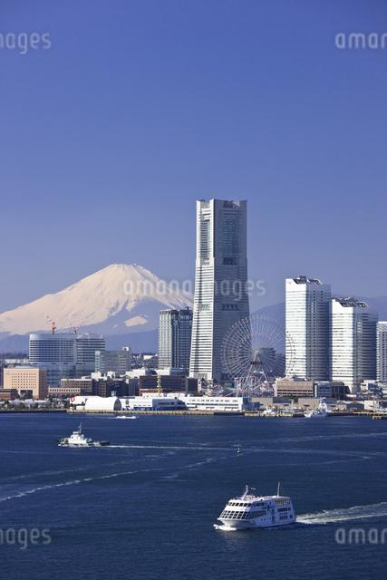 みなとみらい21のビル群と富士山の写真素材 [FYI04130823]