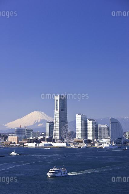 みなとみらい21のビル群と富士山の写真素材 [FYI04130824]