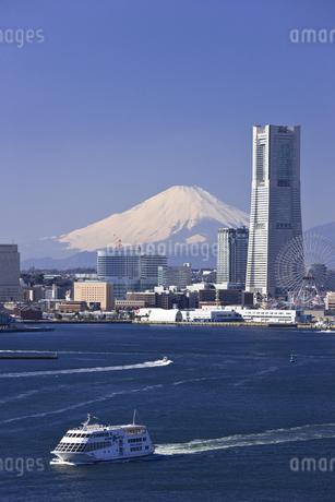 みなとみらい21のビル群と富士山の写真素材 [FYI04130825]