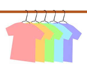 ハンガーに掛かるTシャツのイラスト素材 [FYI04130991]