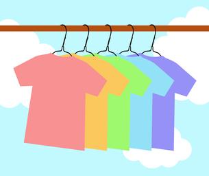 ハンガーに掛かるTシャツのイラスト素材 [FYI04131036]