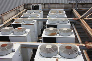 屋上の室外機の写真素材 [FYI04131921]