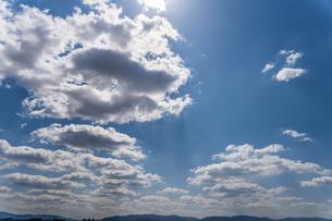 青空の中で太陽に照らされる雲の写真素材 [FYI04132711]