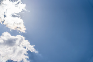 太陽の光を浴びる雲と青空の写真素材 [FYI04132713]