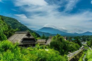 富士山を背景にした古民家の写真素材 [FYI04132717]