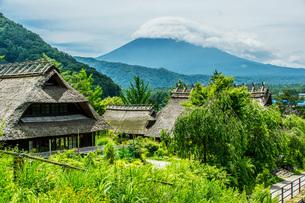 富士山を背景にした古民家の写真素材 [FYI04132718]