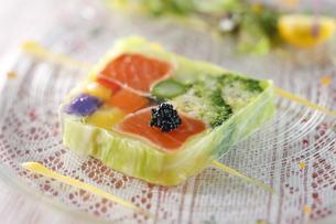 野菜と魚介のテリーヌの写真素材 [FYI04132755]