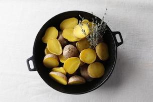 ダッチオーブンでジャガイモの蒸し焼きの写真素材 [FYI04132768]
