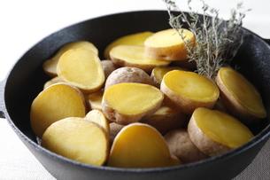 ダッチオーブンでジャガイモの蒸し焼きの写真素材 [FYI04132769]