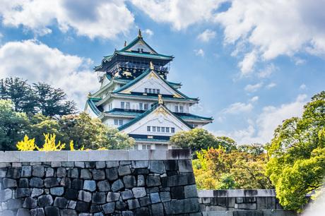 青空と雲の下に大阪城の写真素材 [FYI04133305]