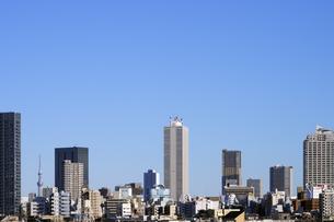 青空と豊島区の高層ビル群の写真素材 [FYI04134143]