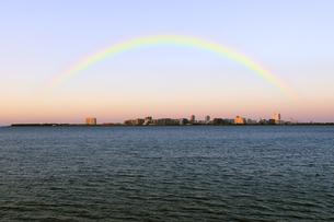 塩浜展望デッキから見る朝日に輝く浦安市日の出のビル群と虹の写真素材 [FYI04134173]