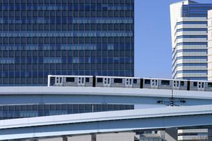 新交通ゆりかもめと高層ビルの写真素材 [FYI04134212]