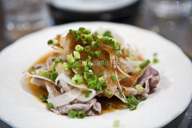 豚肉の炙りポン酢の写真素材 [FYI04135123]