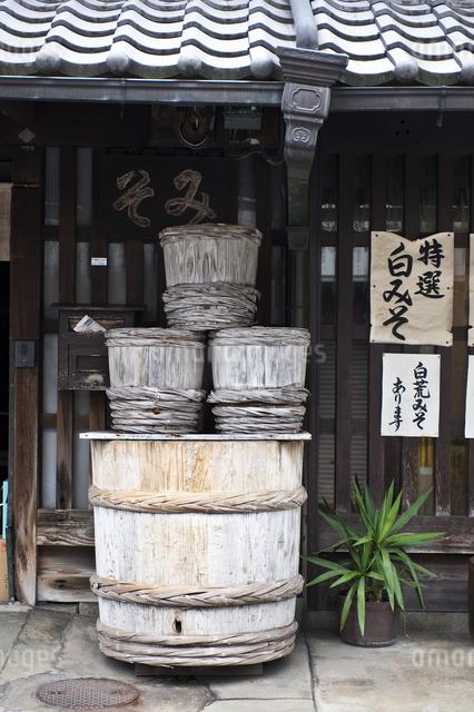 醤油屋の店先の写真素材 [FYI04135131]