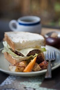 ハンバーガーとコーヒーの写真素材 [FYI04135143]