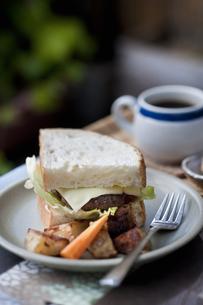 ハンバーガーとコーヒーの写真素材 [FYI04135144]