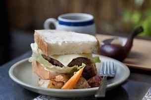ハンバーガーとコーヒーの写真素材 [FYI04135145]
