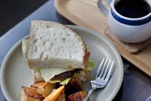 ハンバーガーとコーヒーの写真素材 [FYI04135146]