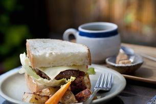 ハンバーガーとコーヒーの写真素材 [FYI04135147]