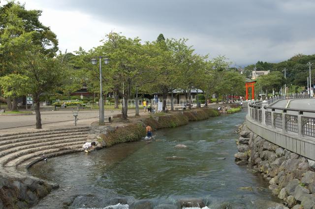 水遊びする子供達の写真素材 [FYI04135290]