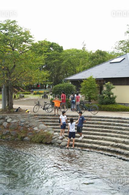 水遊びする子供達の写真素材 [FYI04135293]