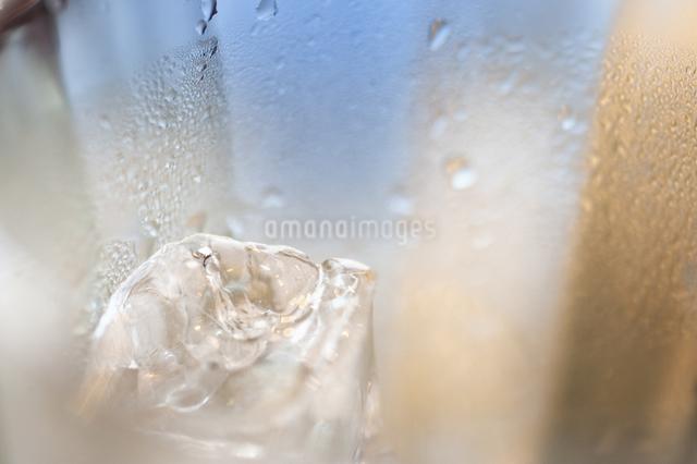 グラスの中の氷の写真素材 [FYI04135302]