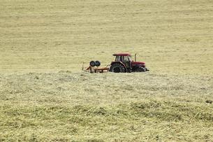 牧草地のトラクターの写真素材 [FYI04135720]