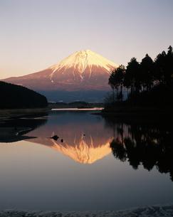 逆さ富士・夕景の写真素材 [FYI04135745]