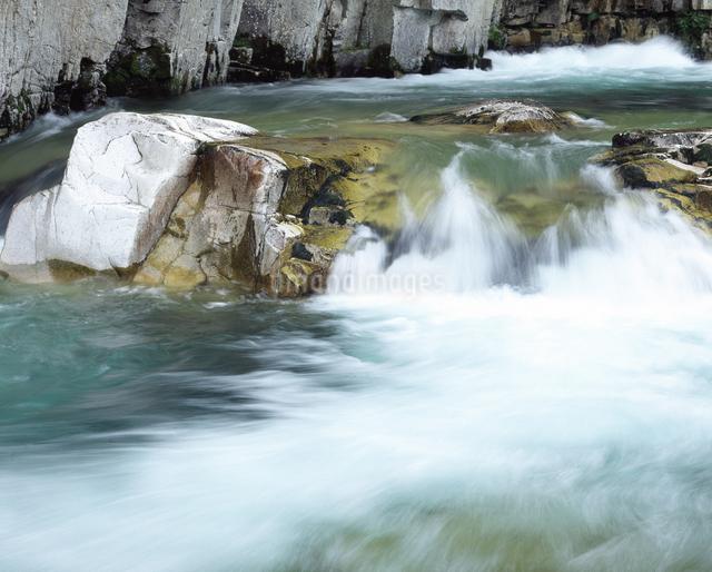 屏風岩と伊南川の写真素材 [FYI04135888]