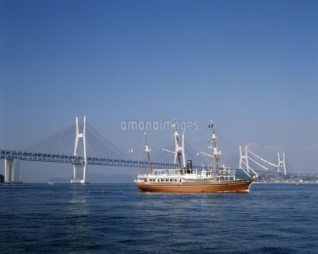 瀬戸大橋と遊覧船の写真素材 [FYI04136081]