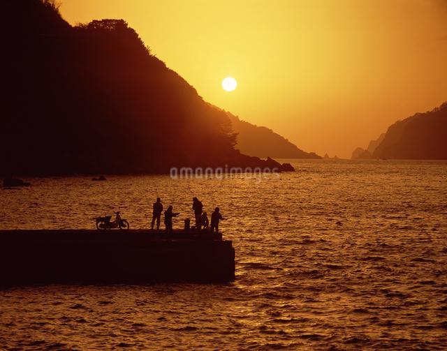 夕暮れの埠頭の写真素材 [FYI04136149]