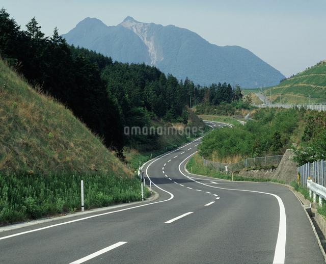 由布岳と道路の写真素材 [FYI04136170]
