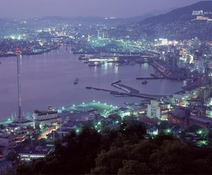 長崎市街 夜景の写真素材 [FYI04136296]