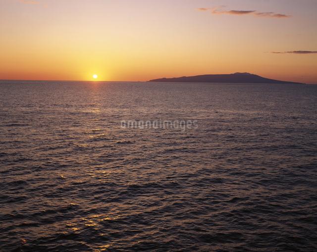 日の出と伊豆大島の写真素材 [FYI04136347]